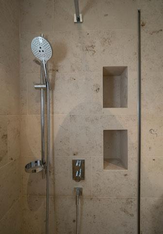 Naturstein Dusche mit Wandnischen