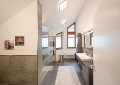 Feinsteinzeugfliesen im häuslichen Bad