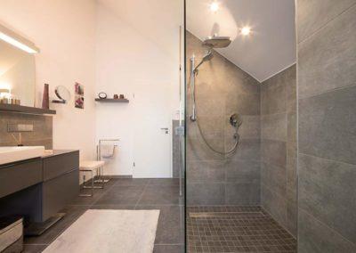 Mosaik aus Feinsteinzeug in bodengleicher Dusche