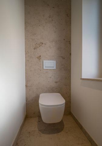 Naturstein Boden und Rückwand WC
